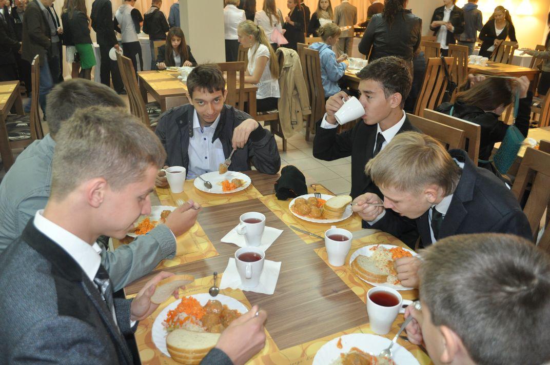 Uczniowie w czasie posiłku na szkolnej stołówce